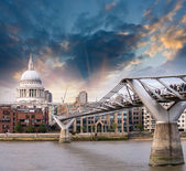 London, UK. Wonderful side view of Millennium Bridge at sunset — Stock Photo
