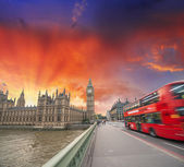 Westminster Bridge traffic at sunset. — Stock Photo