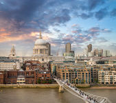 London. Beautiful aerial view of Millennium Bridge — Stock Photo