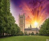 London. Victoria Tower from surrounding gardens — Stock Photo