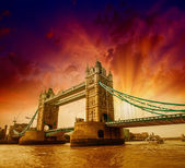 London. Side view of Tower Bridge in all its magnificence — Stock Photo