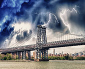Storm above Manhattan Bridge structure and East River - New York — Stock Photo