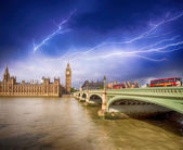 Dramatic stormy sky over Westminster Bridge in London. — Stock Photo