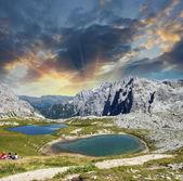 Beaux lacs et sommets des dolomites. coucher du soleil de l'été dans les alpes. — Photo