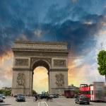 Stunning sunset over Arc de Triomphe in Paris. Triumph Arc Landm — Stock Photo #33988927