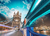 London. Magnificence of Tower Bridge with its beautiful night co — Stock Photo