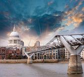 Londres, reino unido. maravillosas vistas del puente del milenio al atardecer, — Foto de Stock