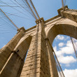 Powerful structure of Brooklyn Bridge Center Pylon on a beautifu — Stock Photo