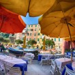 Colorful Sun Umbrellas on the main square of Vernazza, Cinque Te — Stock Photo