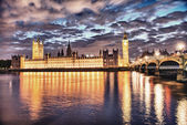 London, UK. Beautiful sunset colors shining on Westminster Palac — Stockfoto