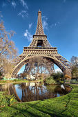 Wonderful wide angle view of Eiffel Tower with lake and vegetati — Stock Photo