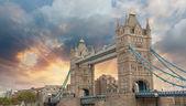 Belles couleurs du coucher du soleil sur le célèbre tower bridge à londres — Photo