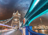 Night over Tower Bridge in London. Blue shapes of metal structur — Foto Stock
