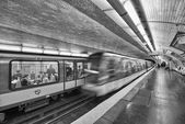 PARIS, DEC 4: Underground train inside a metro station, December — ストック写真