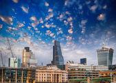 Londres, royaume-uni. belle vue du coucher du soleil des toits de la ville moderne. — Photo