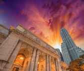 The New York Public Library. Side view with surrounding building — Stock Photo