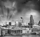 Beautiful London cityscape with buildings on the northern side o — Stock Photo