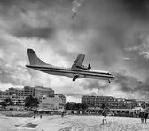 Passenger airplane few moments before landing near the beach — Stock Photo
