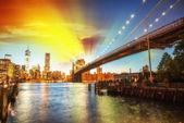 Relaxing in Brooklyn Bridge Park at summer sunset. Beautiful New — Stockfoto