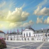 Mooi oud gebouw en plein van bratislava, slowakije — Stockfoto