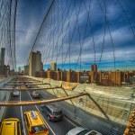 Taxi cab crossing the Brooklyn Bridge in New York, City skyline — Stock Photo
