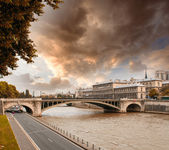 Notre Dame Bridge in Paris with Seine river and city traffic — Stock Photo