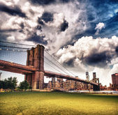 De brooklyn bridge gezien vanaf de brooklyn bridge park, new york — Stockfoto