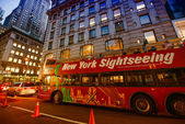 NEW YORK CITY - JUN 8 - Famous Sightseeing red bus at sunset — Stock Photo