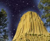 ночь цвета в дьяволов башня, вайоминг. — Стоковое фото