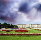Schoenbrunn Castle with park and garden flowers, Vienna. Beautif — Stock Photo