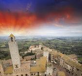 古代中世纪城镇的意大利的托斯卡纳。在春天的鸟瞰图 — 图库照片