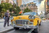 Vintage scene in New York. Old yellow cab in city streets — Foto de Stock