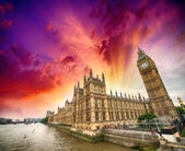 Houses of Parliament and River Thames, London. Beautiful wide an — Stock Photo