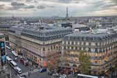 PARIS - NOV 27: Tourists walk along city streets, November 27, 2 — Stock Photo