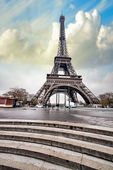Paris. Gorgeous wideangle view of Eiffel Tower with Stairs to Se — Stock Photo
