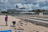 PRINCESS JULIANA AIRPORT, ST MAARTEN - APRIL 19: Airplane lands — Stock Photo