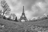 Paris. vacker vidvinkel bild av Eiffeltornet i vinter seaso — Stockfoto