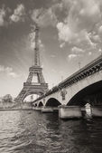 Paris - Beautiful view of Eiffel Tower and Iena Bridge — Stock Photo