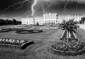 Dramatic sky above Schoenbrunn Castle in Vienna — Stock Photo