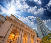 De new york public library. Zijaanzicht met de omliggende gebouw — Stockfoto
