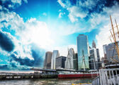 South Street Seaport, New York. Manhattan skyline — Stock Photo