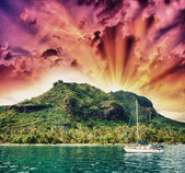 Wonderful dream island in Polynesia with small boat and Ocean — Stock Photo