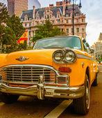 Vintage yellow taxi in new york straßen mit treiber warten — Stockfoto