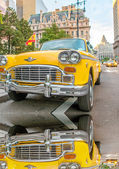 Vintage yellow taxi in New York streets with driver waiting for — Foto Stock