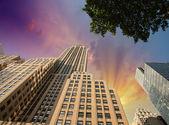 Street view of tall skyscrapers in Manhattan - New York — ストック写真