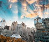 New York - Looking over rooftops on Manhattan stunning skyline — Stock Photo