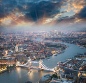 Londen. Luchtfoto van tower bridge in de schemering met prachtige stad — Stockfoto