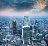 London. Stunning aerial view of modern skyline at dusk — Stock Photo