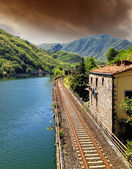 Chemin de fer avec la rivière, de ciel et de la végétation en toscane — Photo