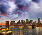 New York. Lights of city skyline and Brooklyn Bridge — Stock Photo
